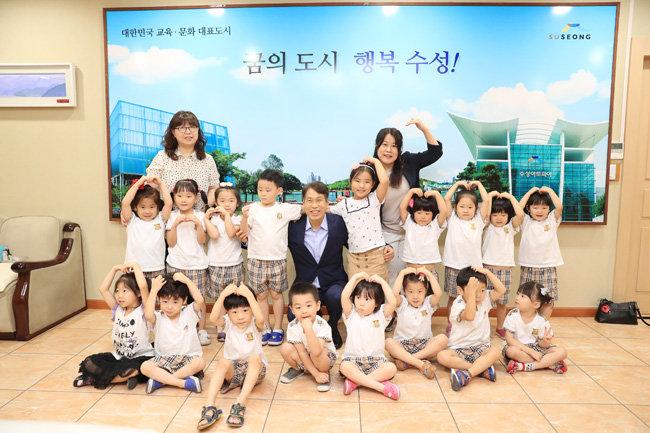 수성구 공룡어린이집 원아들과 포즈를 취한 이진훈 수성구청장.