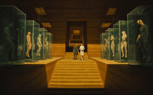 영화 '블레이드 러너 2049'에서 레플리컨트 제조사인 타이렐의 거대한 전시실을 둘러보고 있는 주인공 K(라이언 고슬링·왼쪽).[사진제공·소니 픽처스]