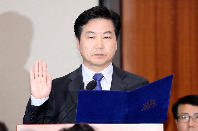 11월 10일 홍종학 중소벤처기업부 장관 후보자가 서울 여의도 국회에서 열린 인사청문회에서 선서를 하고 있다. [뉴시스]