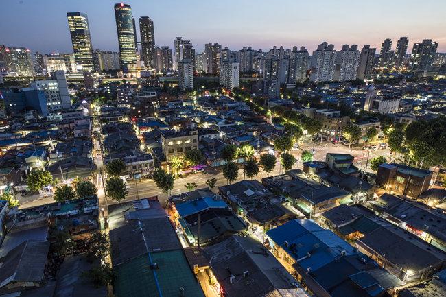 공장과 아파트 불빛으로 채워진 문래동의 밤.