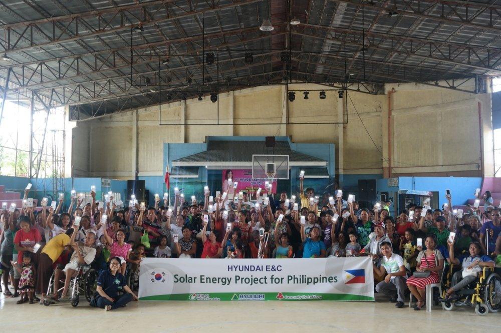 현대건설은 2017년 6월 필리핀 코르도바 시청 체육관에서 마리 테레스 시토이초 코르도바 시장, 코르도바 시내 저소득 층 주민 등 200여 명이 참석한 가운데 태양광 랜턴 500여 개를 전하는 '희망의 빛' 전달식을 가졌다.