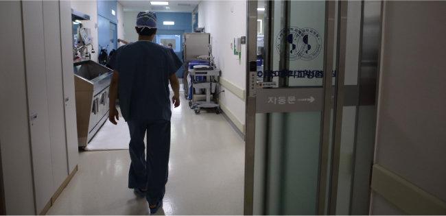 외상외과 의사는 일상이 응급이다. 예상하지 않은 시간에 계획되지 않은 수술을 한다. [박해윤 기자]