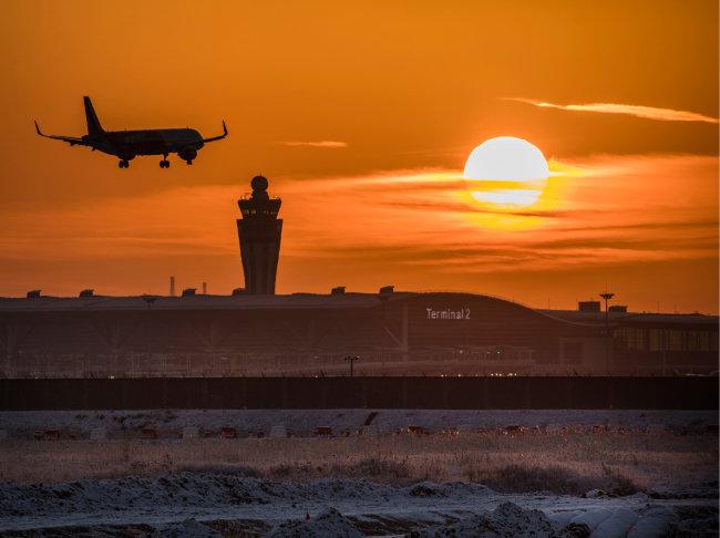 인천국제공항 제2여객터미널 위로 붉은 태양이 떠오르고 있다.[조영철 기자]