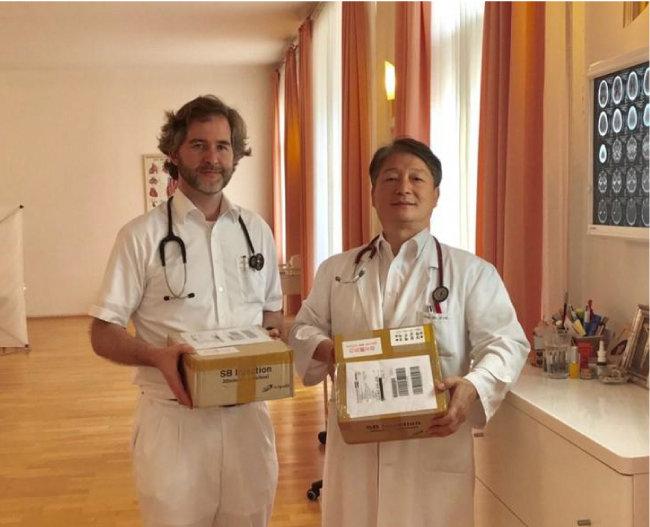 독일과 오스트리아에서 SB주사로 동정적 치료를 시작한 박우현(오른쪽) 유럽동서의학병원장.