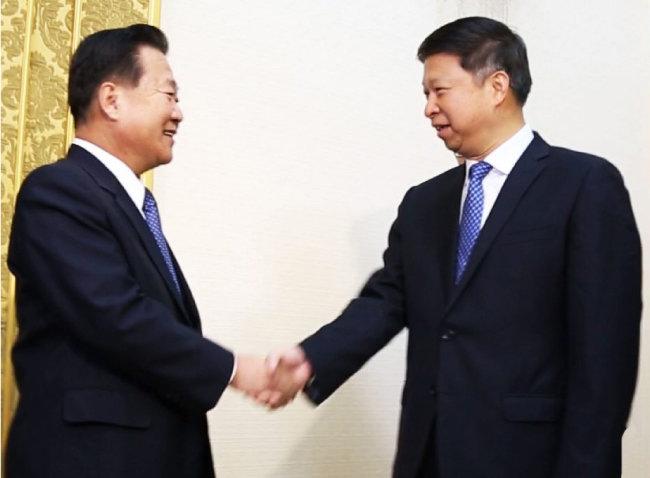 2017년 11월 17일 평양 만수대의사당에서 최룡해 당 중앙위 부위원장이 쑹타오 중국특사를 접견하고 있다. [뉴시스]