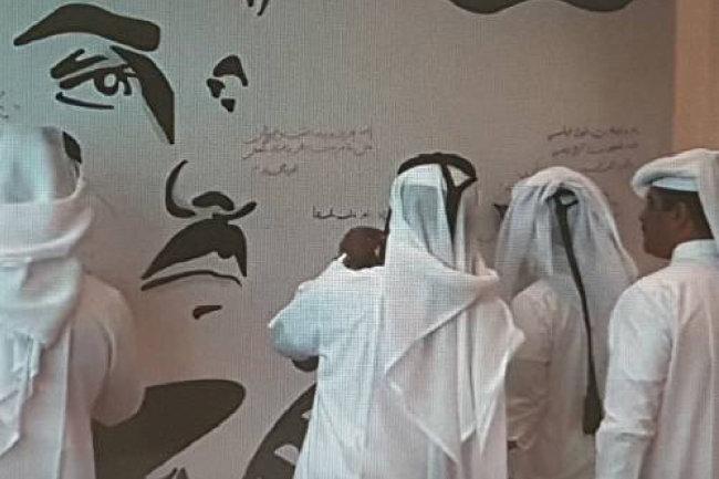 주변국들과의 단교로 어려움을 겪고 있는 카타르에서는 최근 타밈 빈 하마드 알 사니 국왕의 얼굴을 그린 대형 벽보 위에 국민들이 애국과 충성 메시지를 쓰는 캠페인이 활발하게 진행되고 있다. [오레두 유튜브 동영상 캡처]