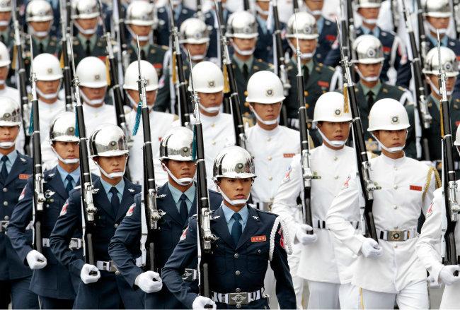 대만군은 미국 '대만관계법'에 따라 미국산 무기로 무장한다. [REX]