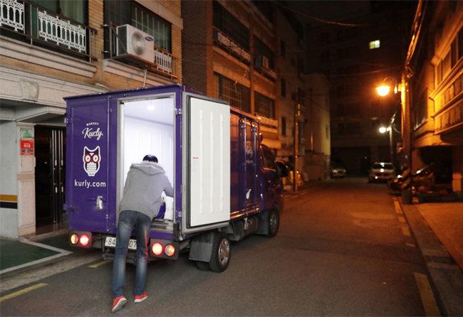 마켓컬리 직원 박진수 씨가 서울 송파구 일대를 돌며 새벽 배송을 하는 모습. [박해윤 기자]