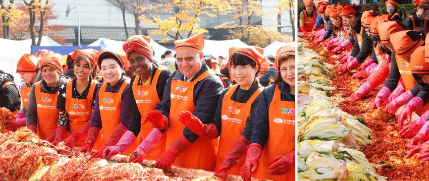 2017년 11월 6일 경기 안산시 단원구 안산문화광장에서 열린 '어머니 사랑의 김장 나누기' 행사. 주한 외교관 가족들과 다문화가정 주부들이 위러브유 회원들과 어울려 김장을 담갔다. [박해윤 기자]
