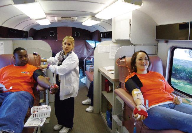 미국 호놀룰루의 위러브유 회원들이 혈액 부족으로 위급한 생명을 살리고자 헌혈에 동참하고 있다. [박해윤 기자]