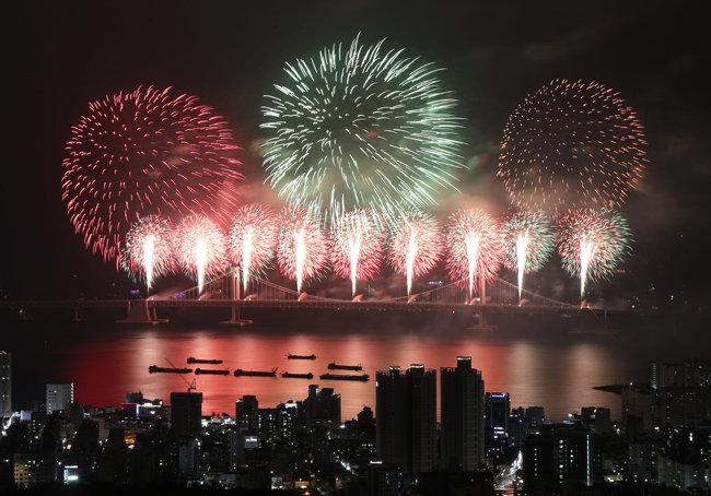 국민의 불꽃같은 행복을 위해 국가는 무엇을 해야 하는가. 사진은 2017년 부산불꽃축제. [박경모 동아일보 기자]