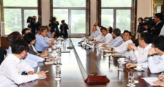 지난해 5월 25일 청와대 여민관에서 열린 문재인 대통령 주재 수석비서관회의.