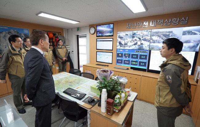 권경업 이사장이 북한산국립공원 도봉사무소에서 재난안전대책에 대한 설명을 듣고 있다.