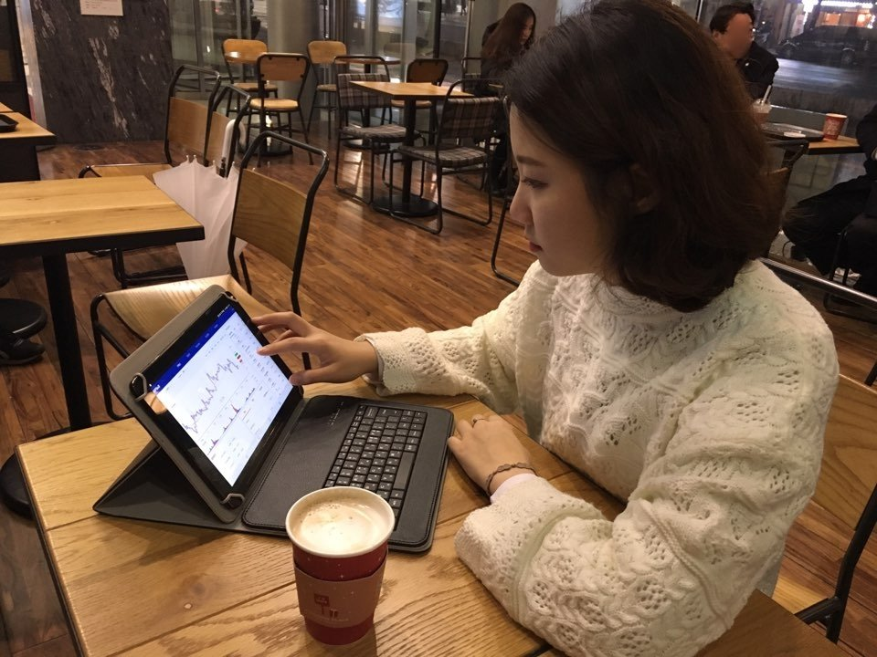 필자가 최근 서울시내 한 커피전문점에서 노트북을 켜놓고 가상화폐 투자를 하고 있다. [박지혜 제공]