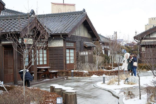 적산가옥을 리모델링해 숙박시설로 만든 군산시 월명동 '고우당'을 관광객들이 둘러보고 있다. [홍중식 기자]