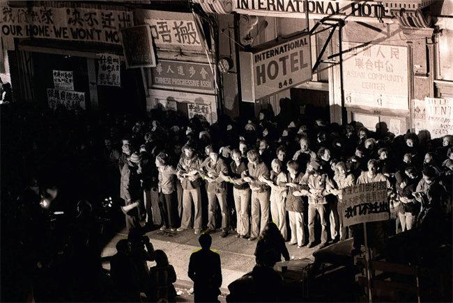1977년 8월 4일 샌프란시스코 차이나타운의 인터내셔널호텔 앞에서 이 호텔에 세 들어 살아온 노동자들을 강제퇴거하려는 경찰들과 그에 맞서는 학생과 인권단체 활동가, 세입자 등이 대치하고 있다. 당시 UC 버클리 법학대학원 학생이던 에드 리도 투쟁 대열에 참여했다. [사진 Nancy Wong ]