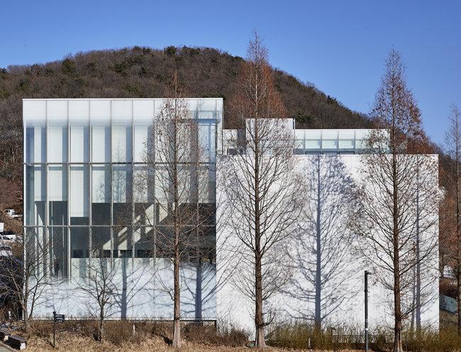 6개의 대형 전시실에서 다양한 현대미술을 소개하는 '아트센터 화이트블럭'. 2011년 미국건축가협회 건축디자인상, 2013년 제1회 파주시 건축문화상 등을 받았다. [홍중식 기자]