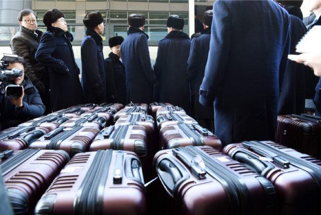 2월 5일 북한 예술단 선발대 23명이 경의선 육로를 이용해 파주 도라산 남북출입사무소에 도착하고 있다.