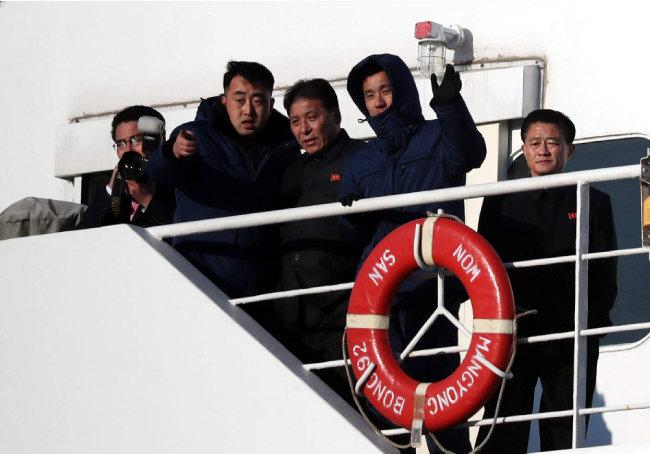 2월 6일 만경봉 92호에서 북한 예술단원들이 보수단체 회원들의 집회를 바라보고 있다.