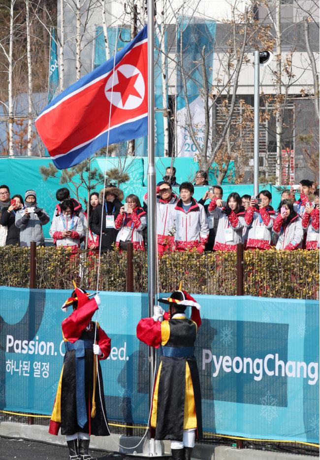 2월 8일 강릉선수촌 국기광장에서 북한 인공기가 게양되고 있다.