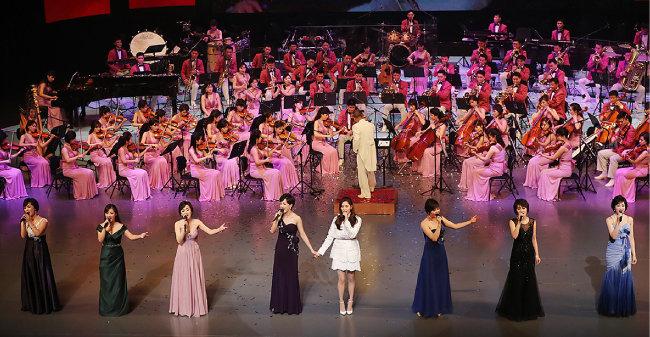 2월 11일 국립극장에서 삼지연관현악단과 소녀시대 서현이 '우리의 소원은 통일'을 부르고 있다.