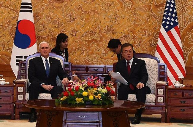 문재인 대통령이 2월 8일 청와대에서 종이를 보면서 마이크 펜스 미국 부통령과 환담하고 있다. [동아DB]
