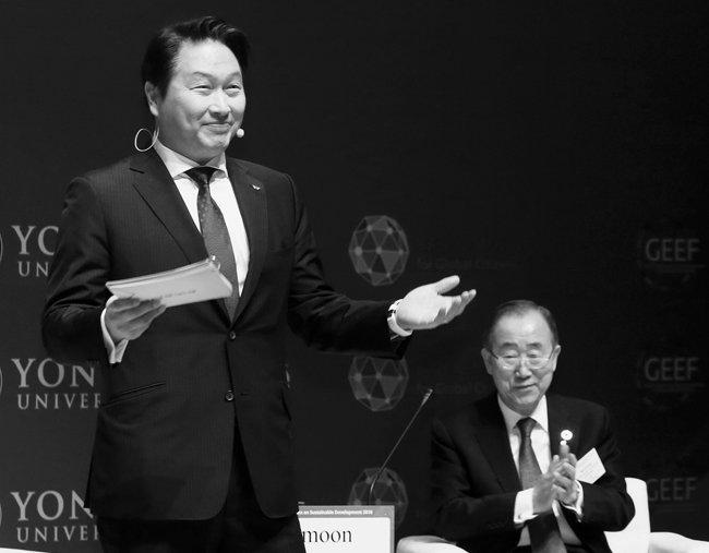 최태원 SK그룹 회장(왼쪽)이 2월 8일 연세대 100주년기념관에서 '지속 가능한 발전을 위한 기업의 역할'을 주제로 발표하고 있다. 오른쪽은 반기문 전 유엔 사무총장. [SK그룹 제공]