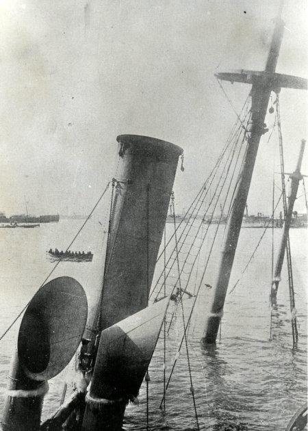 청일전쟁이 한창이던 1895년 2월 21일 중국 웨이하이(威海) 앞바다에서 침몰한 청나라 군함. 청은 1912년 공식적으로 멸망했다.