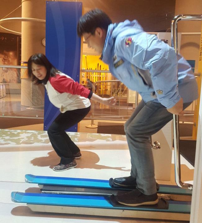 삿포로올림픽박물관 모의체험관에서 스키점프를 배우고 있는 관광객. [이상훈 동아일보 기자]
