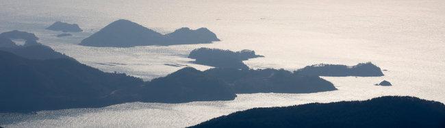 금산 정상에서 보이는 섬들. [지호영 기자]