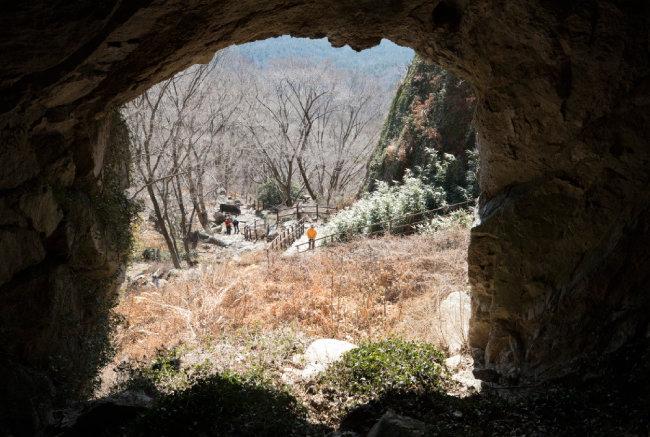 쌍홍문에서 내려다본 등산로. [지호영 기자]