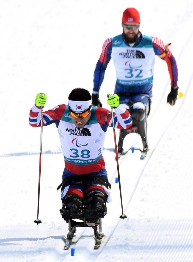 한국 노르딕스키의 간판, 신의현 선수가 3월 10일 오전 남자 바이애슬론 좌식 7.5km 경기에서 결승선을 통과하고 있다. 이날 신 선수는 24분 19초 9를 기록, 5위에 올랐다. [홍진환 동아일보 기자]