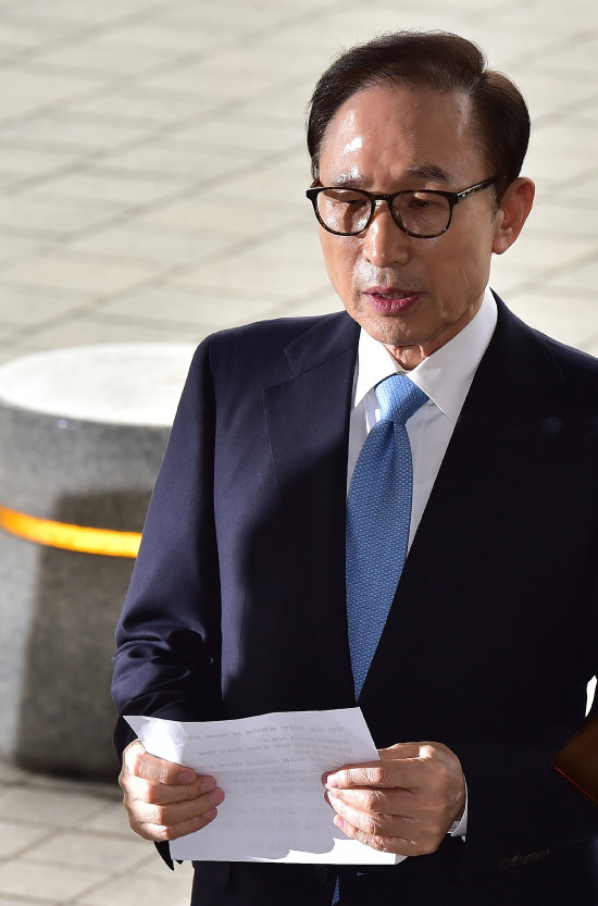 이명박 전 대통령이 피의자 신분으로 조사를 받기 위해 3월 14일 서울중앙지검에 출석하며 대국민 메시지를 발표하고 있다.