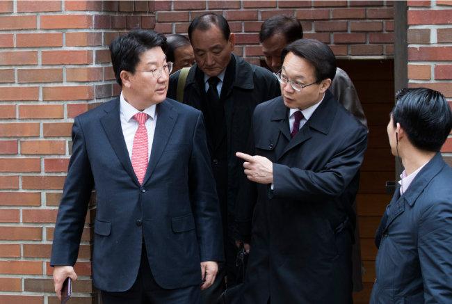 권성동 의원(왼쪽), 김효재 전 정무수석(가운데), 조해진 전 의원(오른쪽) 등 이명박 전 대통령 측근들이 3월 14일 검찰 출석하는 이 전 대통령을 접견한 후 자택을 나서고 있다.