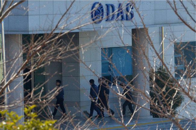 다스 횡령의혹 관련 고발사건 수사팀은 1월 11일 오전 다스 본사 등 10여 곳을 압수수색했다. 다스 직원들이 회사 안으로 들어가고 있다.