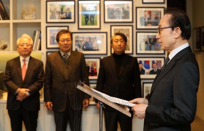 """이명박 전 대통령은 1월 17일 서울 강남구 삼성동 사무실에서 자신을 향하고 있는 검찰 수사에 대해 """"보수 궤멸을 겨냥한 정치 공작이자 노무현 전 대통령 죽음에 대한 정치 보복""""이라고 반발하는 기자회견을 열었다."""
