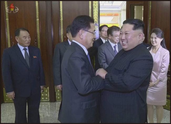 3월 5일 김정은 북한 노동당 위원장(오른쪽)이 정의용 청와대 국가안보실장과 악수하고 있다.