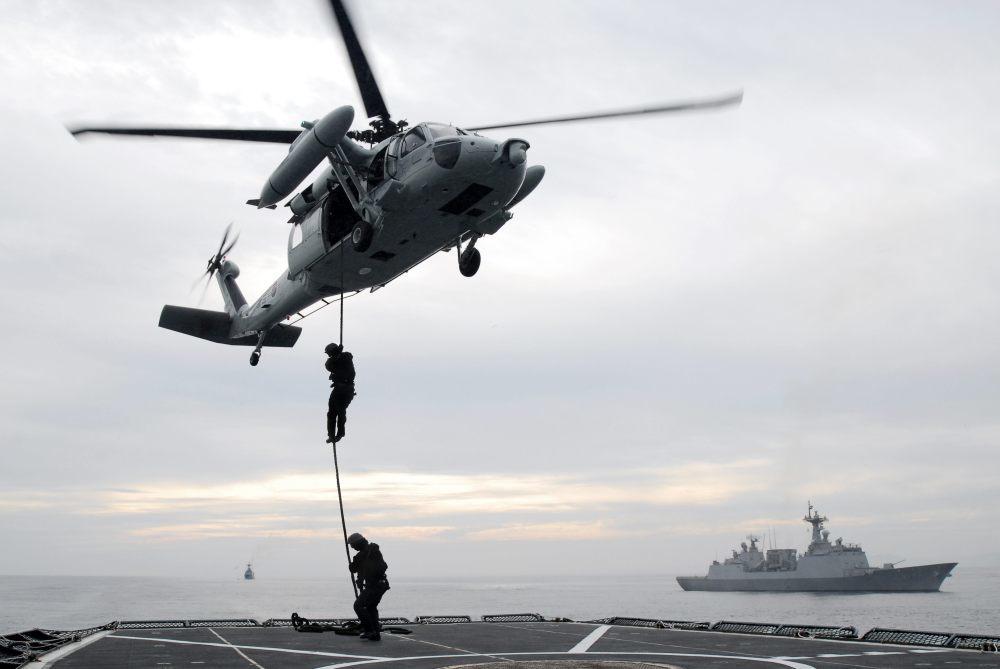 한국 특공요원들이 2010년 10월 14일 해상차단 훈련을 하고 있다. [원대연 동아일보 기자]
