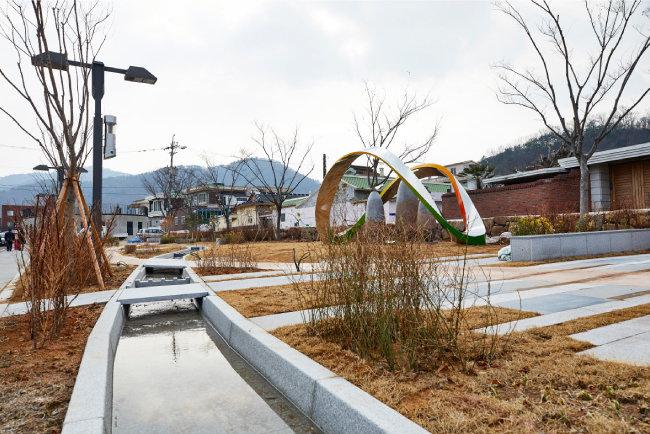 서문안내소 옆 광장. 순천을 상징하는 조형물 '삼산이수(三山二水)'가 최근 설치됐다. [홍중식 기자]
