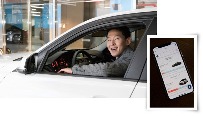캡션을 입력하세요공유 오피스에서 일하며 공유 차량을 즐겨 이용하는 김용현 씨(왼쪽)와 커뮤니티 카셰어링을 지원하는