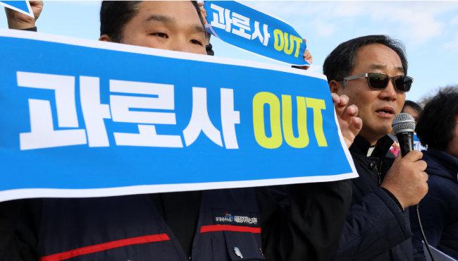 2017년 11월 15일 서울 여의도 국회 앞에서는 '과로사OUT공동대책위' 주최로 장시간 노동에 반대하는 집회가 열렸다. [뉴시스]