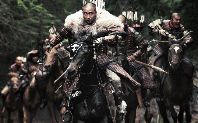 영화 '최종병기 활'. 만주에서 궐기한 청이 명을 무너뜨리고 패권을 차지한다.