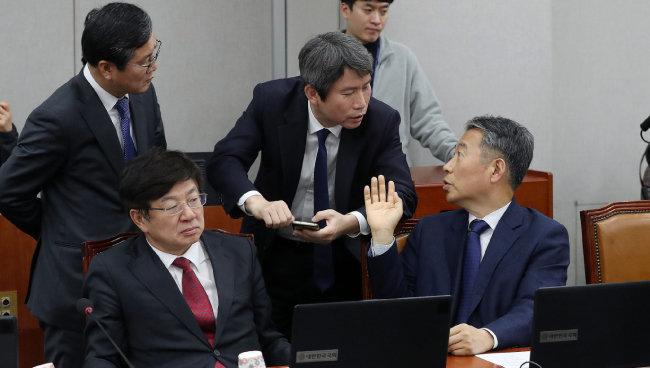 이인영 의원(왼쪽에서 세 번째)이 국회에서 헌정특위 한국당 위원인 정종섭 의원과 대화를 나누고 있다. [뉴스1]