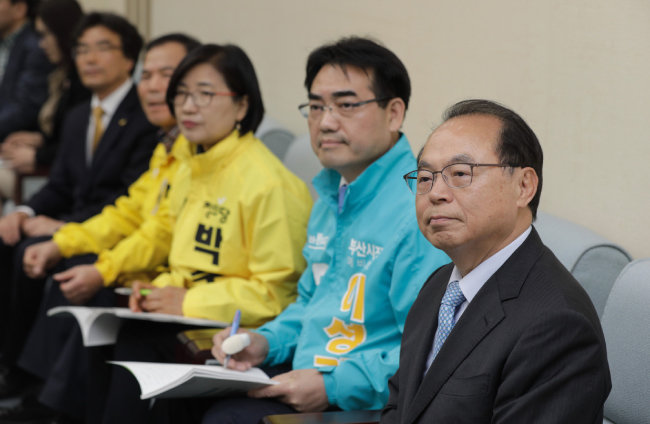 4월 9일 오거돈 전 장관과 부산시장에 출마하는 다른 후보들이 한 행사장에서 자리를 함께했다. [박해윤 기자]