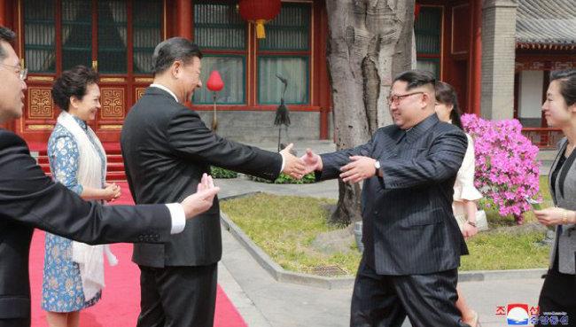 중국 베이징을 방문한 김정은 북한 국방위원장(오른쪽)이 시진핑 국가주석과 악수하고 있다. [조선중앙통신]