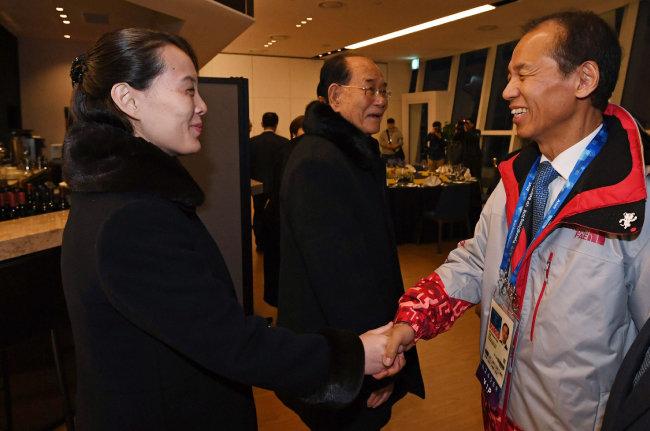 2월 10일 평창동계올림픽에 참석한 김여정 북한 특사와 최문순 지사가 악수하고 있다. [동아DB]