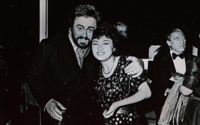 젊은 시절 세계적 성악가 루치아노 파바로티(왼쪽)와 포즈를 취한 정경화 씨.