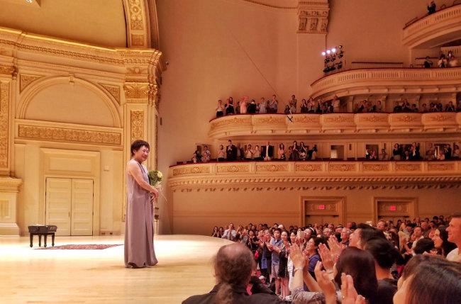 지난해 5월 미국 뉴욕 카네기홀에서 바흐의 무반주 소나타와 파르티타 전곡을 연주한 뒤 관객의 기립박수에 답례하고 있는 정경화 씨. [ⓒSamuel kim]