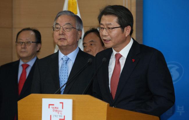 2014년 12월 29일 류길재 당시 통일부 장관(오른쪽)이 정부서울청사 합동브리핑룸에서 북한에 대화를 제의하고 있다. [신원건 동아일보 기자]