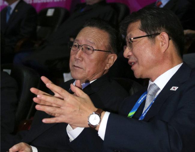 2014년 10월 4일 북한 최고위급 대표단이 인천아시안게임 폐막식 관람을 위해 인천아시아드 주경기장을 찾았다. 이때 류길재 당시 통일부 장관(오른쪽)이 김양건 대남담당 비서와 이야기를 나누고 있다. [사진공동취재단]
